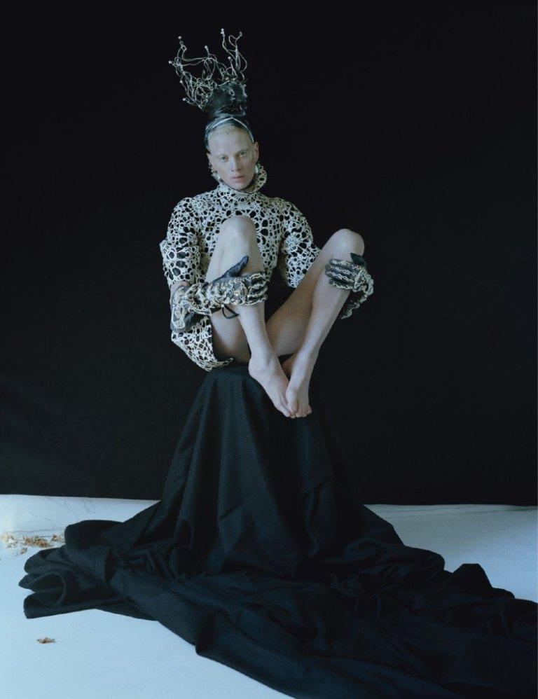 kristen-mcmenamy-by-tim-walker-dame-of-thrones-w-september-2012-3